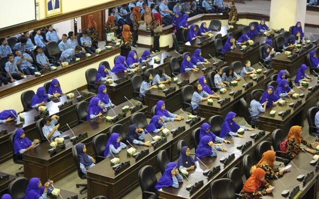 PARLIAMENT TOUR: Ratusan Siswa SMP 32 Kota Semarang 'Duduki' DPRD